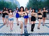 网络爆红:嫩模短裙手枪舞