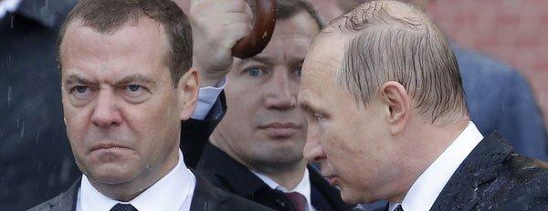"""普京淋成""""落汤鸡"""" 俄总理一脸嫌弃"""