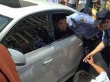 两小孩被锁车里 警察砸窗救人