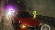男子开车累了 高速隧道内打地铺酣睡
