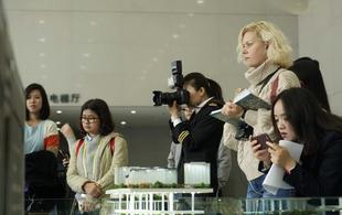 """体验""""无人驾驶""""列车 外媒记者团赞叹中国技术领先"""