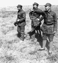 1947年4月,萧克与聂荣臻、杨成武在正太战役前线