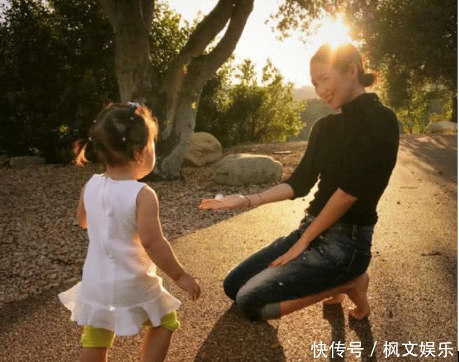 慈母章越来越像表情了,带表情同游美国,女儿神头三级国际包爬走着图片