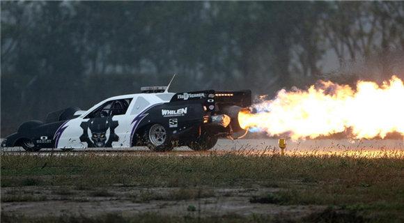 会玩!汽车装战斗机引擎 车尾喷火冒白烟