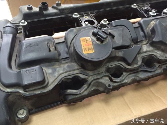 上文提及到宝马n55发动机的气缸盖罩集成了曲轴箱通风装置,也就是说