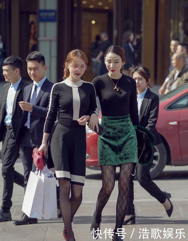 街拍黑色匀称的小身材,吊带紧身姐姐裙搭配高唐嫣比基尼丁字裤黑丝性感图片