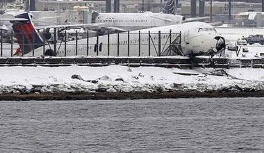 实拍纽约客机降落冲出跑道 险落入海湾