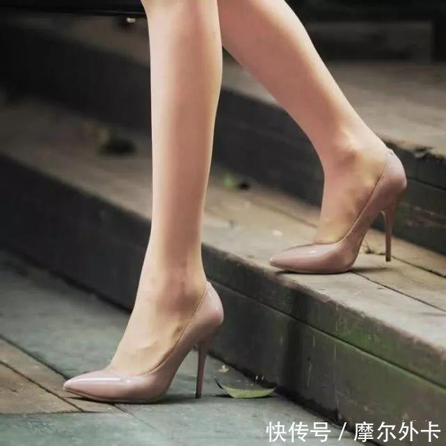 尖头高跟鞋配上美足,自信满满的上街,不用担心别人不看我