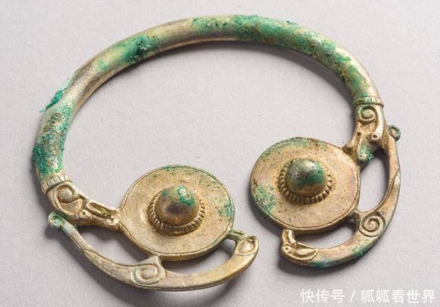 男子用金属探测器发现千年宝藏,上交国家,获得1759万的奖励!