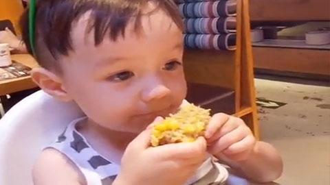 可爱小宝贝啃玉米 表情真是萌翻了-360视频