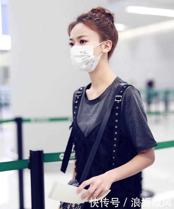 吴谨言身穿灰色T恤外搭黑色羽毛薄纱长裙 气质和魅力展现到极致插图(9)