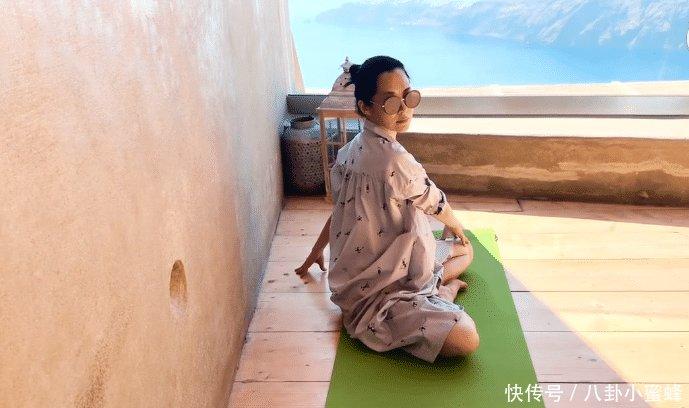 许晴跟着老师练瑜伽,没方向感听不懂指令,自己都乐到绷不住