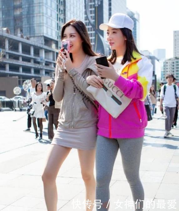 街拍:面带微笑的小姐姐,一件长袖上衣配白色短裙,时尚青春靓