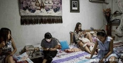 女子租房子惹众怒,半夜房门被房东踹开还被撵,房东:做的是人事吗?