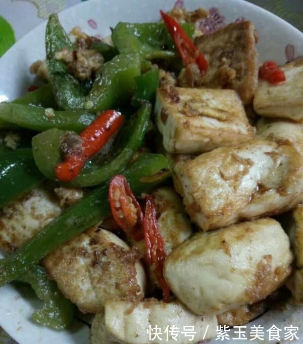 豆腐不要直接下锅炸,加上2个鸡蛋,比吃肉还香,吃完上瘾还想吃