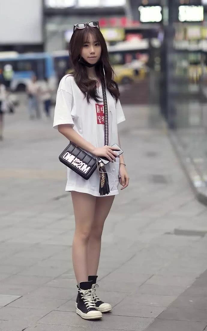 生活时尚网|街拍:青春减龄时尚的小姐姐,打扮上性感精致有女人味!
