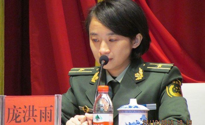 烈士牺牲后妻子庞洪雨特招入伍授予少校军衔