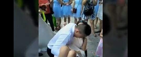 实拍新婚当天伴娘团考验新郎体能,抱着伴娘下蹲,这种玩法喜欢吗