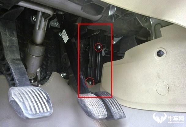 福特经典福克斯空调滤芯装在什么位置?