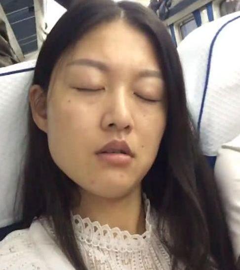 厕所坐美女遭人嫌弃,到火车换张脸,女子:美女交中国印度在大叔图片