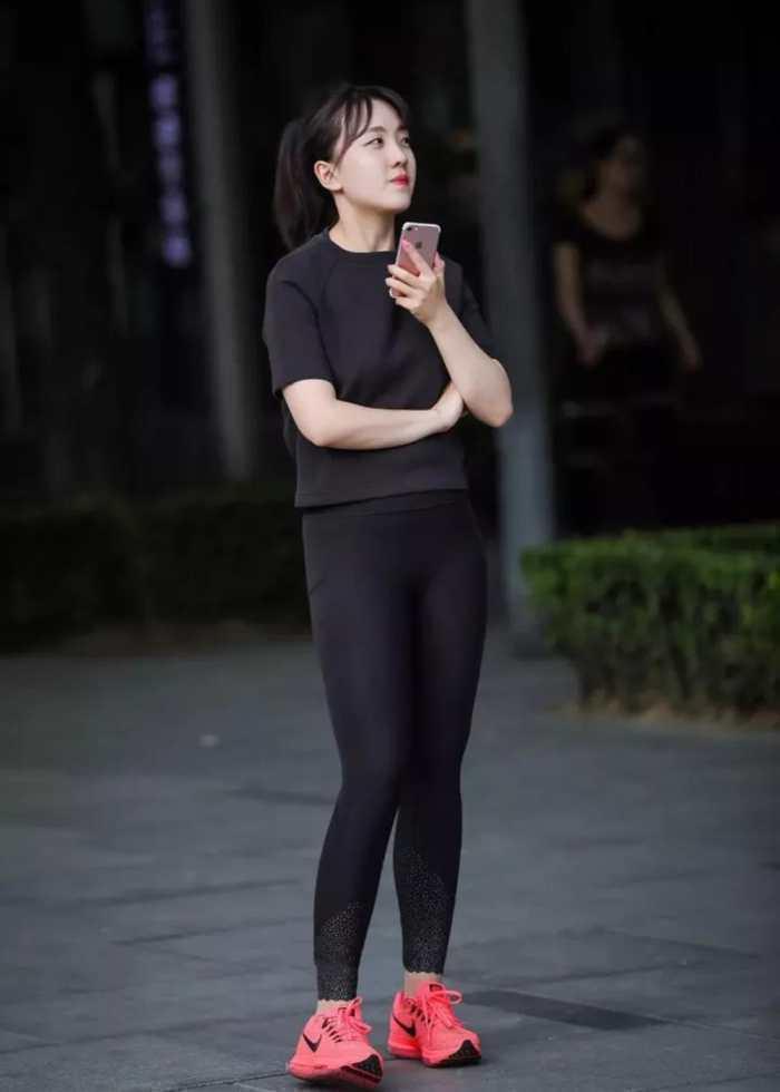 街拍:丰臀紧身裤美女,紧致勾勒好身材!