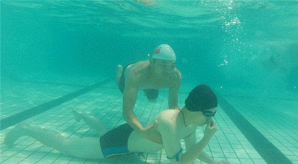 真的很赞!摄影师跟拍特警水上救生训练
