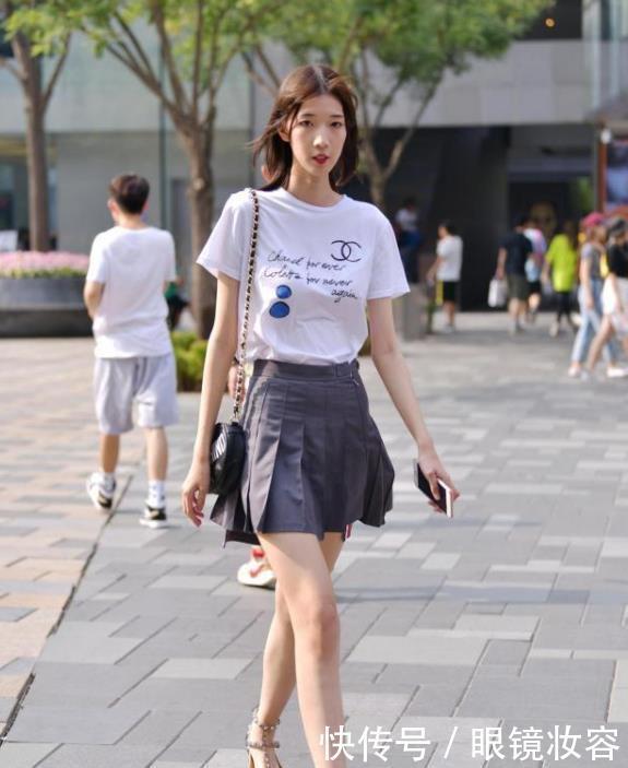 街拍:明眸善睐的小姐姐,一件白色短袖配百褶裙,时尚靓丽气质美