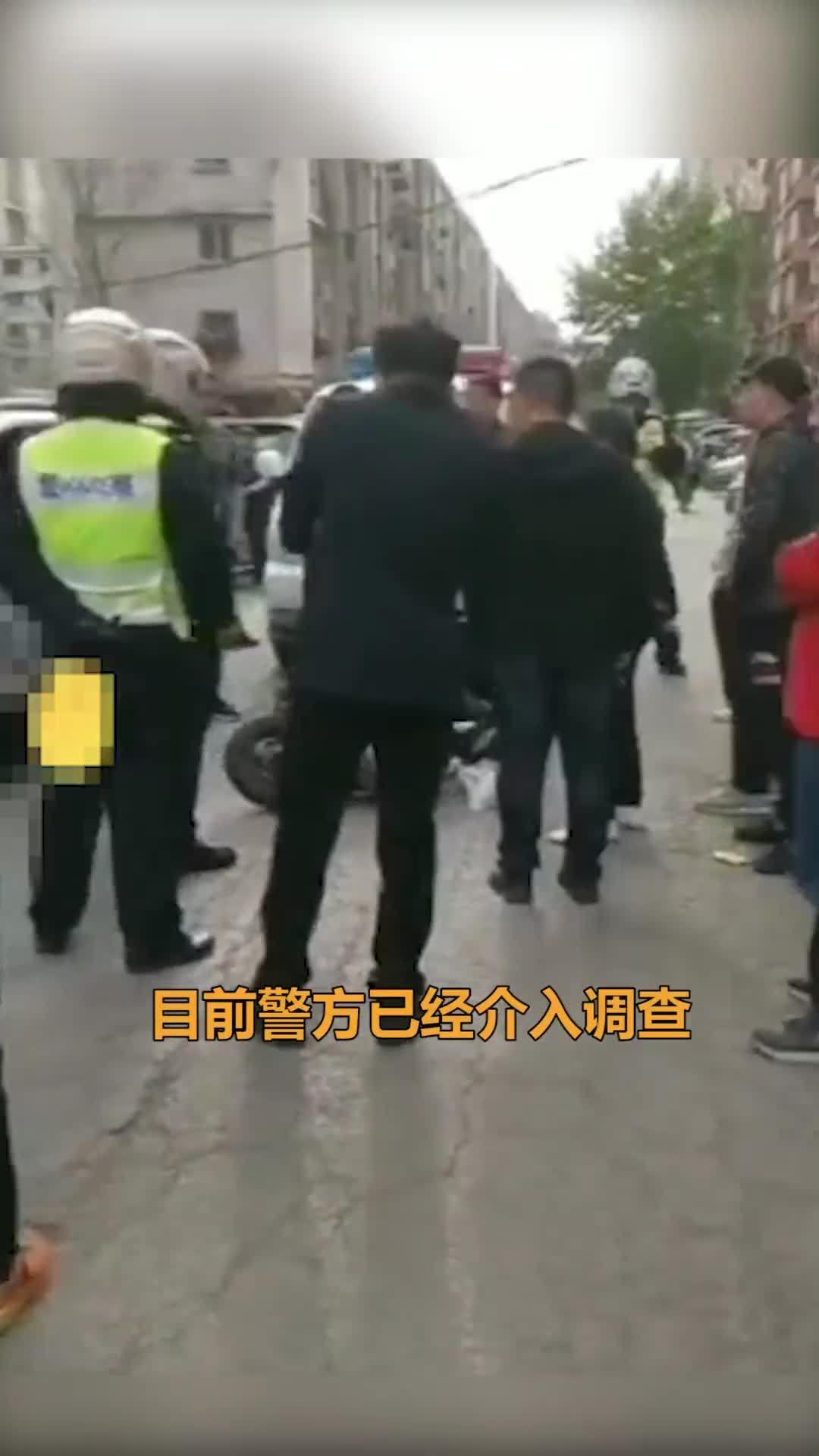 女子刮蹭奔驰后遭两男子掌掴,鼻子流血不止,警方已介入处理!