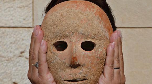 考古学家展示新石器时代石制面具 做工精良
