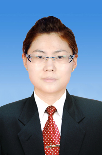 求助,请将照片人物服装换成背景为渐变蓝,黑西装,白衬衣,红领带的正装