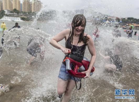 西双版纳上演万人泼水狂欢 -  - 真光 的博客