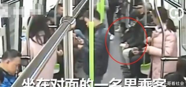 女子地铁扔其他乘客纸杯还不以为然地走下地铁乘客纸杯有火