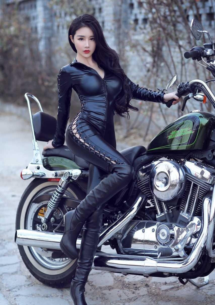 a价格无比的皮裤价格,在美女的装修下,更显气质多少房情趣阳光一个照耀为图片