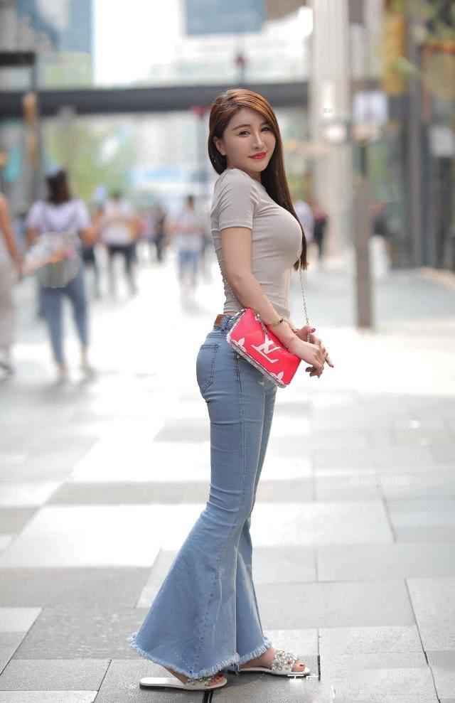 """<b>路人街拍:辣妈的少女感穿搭,这件""""甜系牛仔裤""""显瘦效果一级棒</b>"""