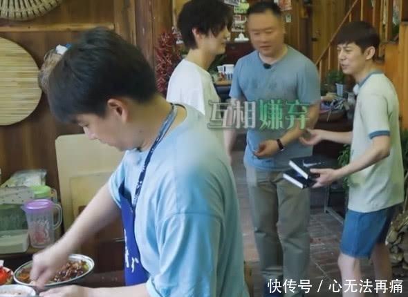 鹿晗给张子枫签名,有谁注意张子枫的坐姿?网友:对鹿晗的崇拜?