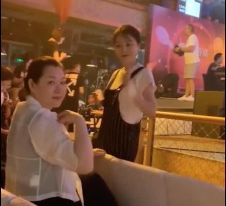 赵本山53岁妻子罕见亮相,肌肤光滑富态足