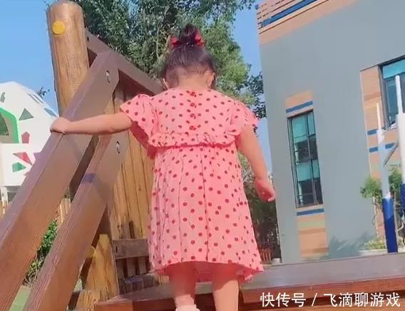 陈赫送女儿安安上学,看到张子萱穿着,网友:是一个好妈妈