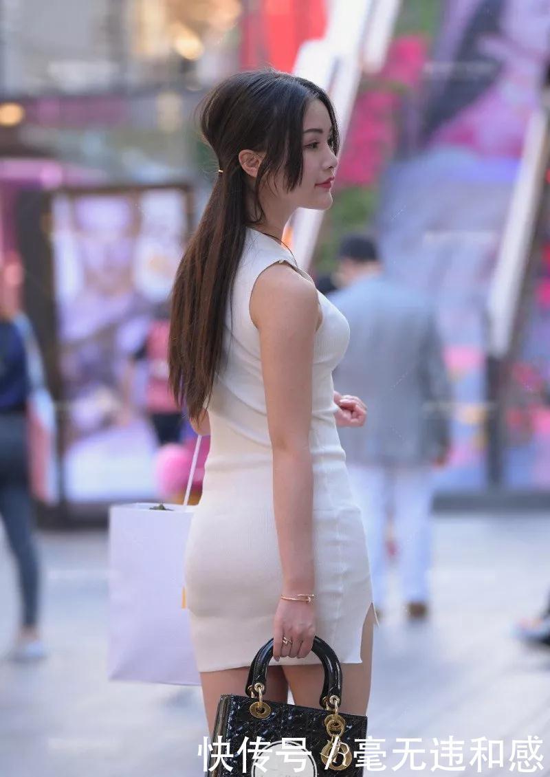 街拍:路遇成熟的少妇,紧身包臀裙穿出完美身材!