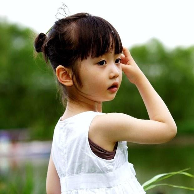 一下这个黄衣服小女孩长大之后的图片