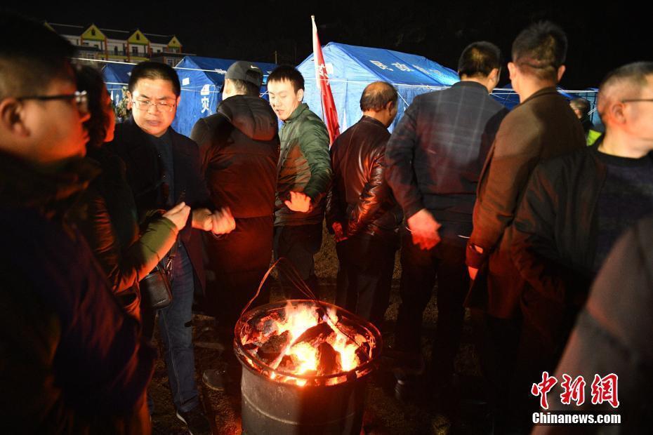 四川兴文震区 民众寒风中烤火取暖