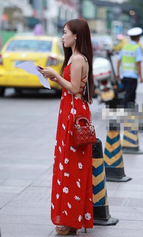 街拍:肤色调的薄纱连衣裙,V领设计很显气质,高跟鞋很洋气插图
