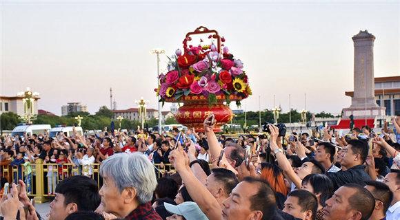北京:中秋小长假 天安门广场人山人海