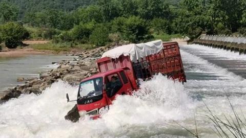 货车司机为抄近道将车开入溪道,数吨重货车瞬间被冲走