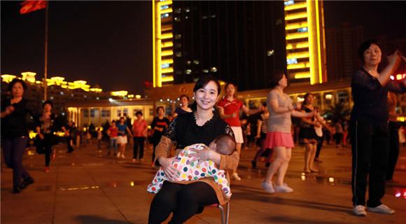 福建多名妈妈走上街头哺乳 呼吁建设哺乳室