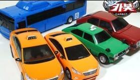 趣味玩具乐园:出租车转换整合成巴士车,转换为汽车机器人玩具!