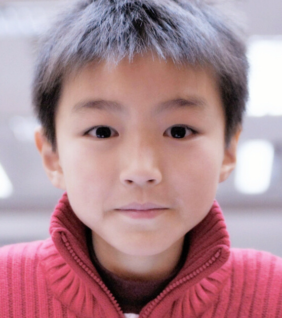 本乡奏多小时候都是这样的冷酷路线,王俊凯小时候是可爱路线的 用户