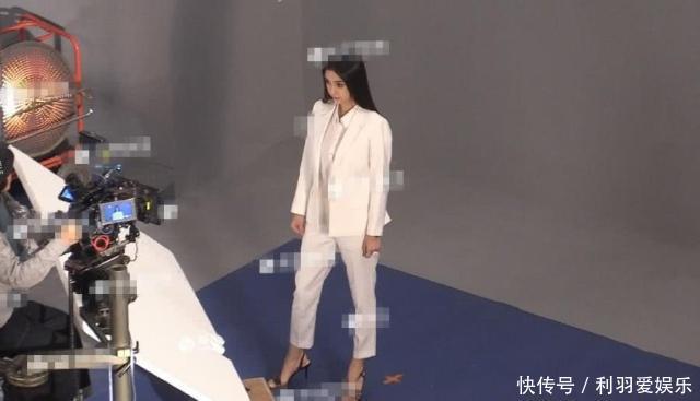 耍大牌?Angelababy让头像蹲地上帮脱助理引热黑白大全带鞋袜字女生图片