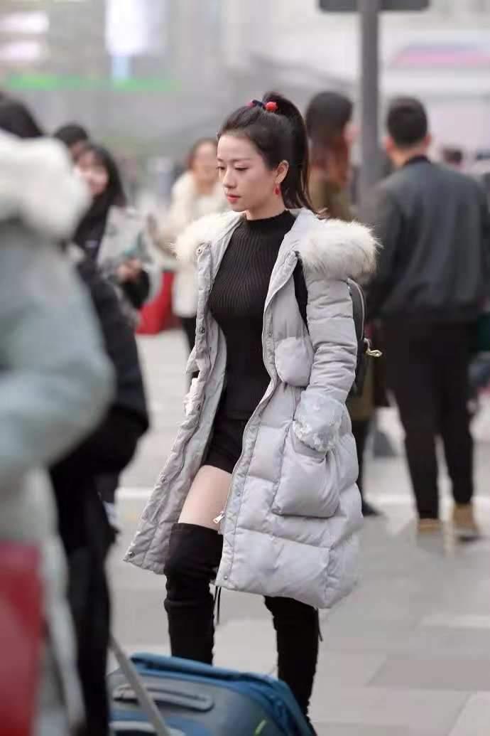 街拍:纤瘦年轻,身轻如燕,苗条性感的穿长筒靴的全套种子丽人彤儿图片