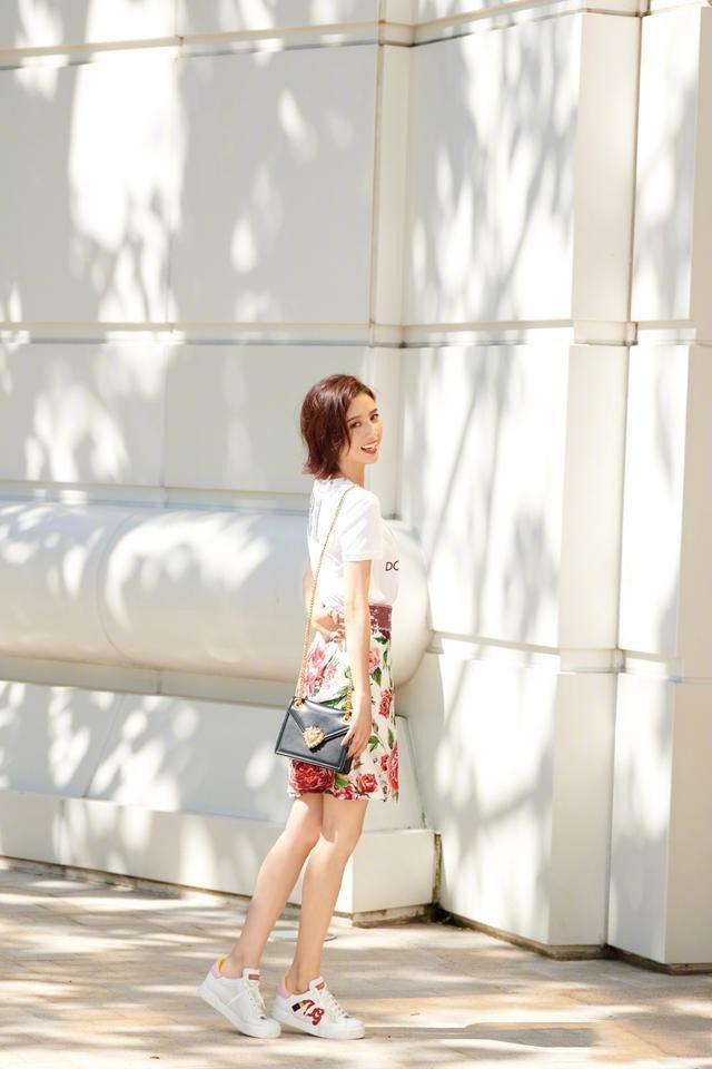 佟丽娅短发搭配拼接T恤,嫩回18岁少女,网友:真看不出34岁了