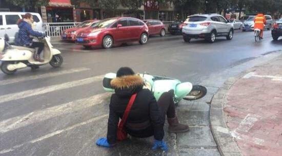 郑州市政洒水结冰致市民摔倒 官方致歉处理多人